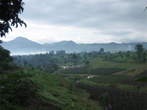 Día 2: Caminata por montañas y valles fértiles